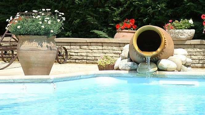 Une piscine feng shui for Decoration piscine et jardin